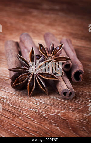 Anise stars avec des bâtons de cannelle sur planche de bois Banque D'Images