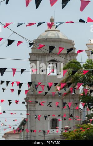 Plastiques Triangled rouge et noir accroché sur la Lignes en face d'une grande église blanche Banque D'Images