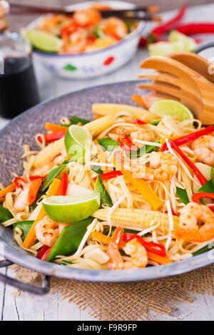 La santé de faire sauter des crevettes et légumes servi sur des nouilles. Banque D'Images