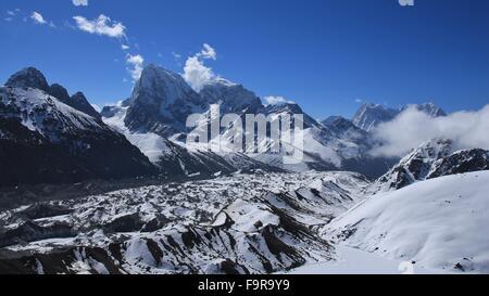 Vue depuis Gokyo Ri, Glacier Ngozumba et hautes montagnes Banque D'Images