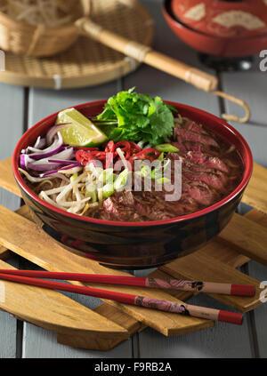 Ramen boeuf. Bouillon de viande épicé avec du bœuf et nouilles. La nourriture japonaise Banque D'Images