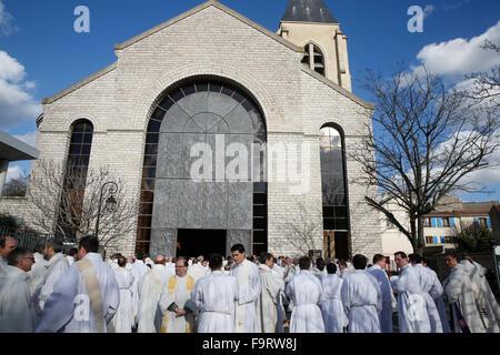 Les prêtres catholiques à l'extérieur, la cathédrale Sainte Geneviève de Nanterre. Banque D'Images