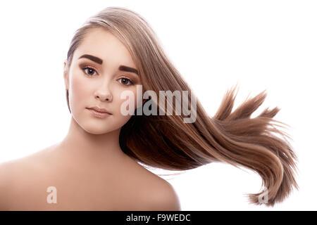 Très jeune fille avec des cheveux touffus volant sur le vent. Banque D'Images