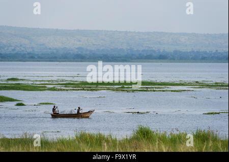 Bateau de pêche sur le Nil Victoria, Murchison Falls National Park, de l'Ouganda Banque D'Images