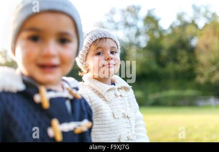 Heureux les petits enfants dans un parc Banque D'Images