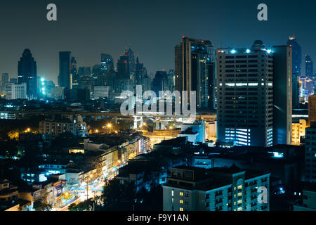 Voir des gratte-ciel de nuit, à Bangkok, Thaïlande. Banque D'Images