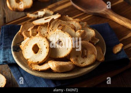 Des bagel de blé jetons sur une plaque Banque D'Images