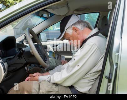 Dormir dans la voiture Banque D'Images