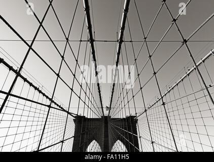 Tour du pont de Brooklyn, en noir et blanc, avec double arches gothiques et des câbles de suspension symétrique, New York City