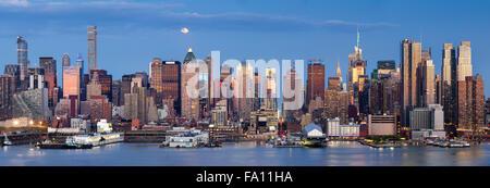 Grattes-ciel de Manhattan Midtown West & la Rivière Hudson. Vue panoramique en début de soirée avec la lune et le Banque D'Images