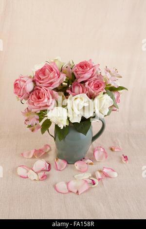 Studio still life of roses rose et blanc dans un vieux pot Banque D'Images