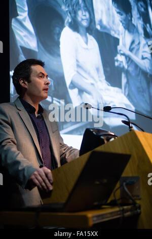 """JASON DAVIES WALFORD, poète, écrivain et universitaire, la lecture de ses poèmes dans un 'ekphrastic"""" réponse à la photographe de Magnum Photos Philip Jones Griffiths à l'objectif du Festival de la photographie documentaire. National Library of Wales Aberystwyth. Ekphrasis est une image, souvent dramatique, description d'une œuvre d'art visuel"""