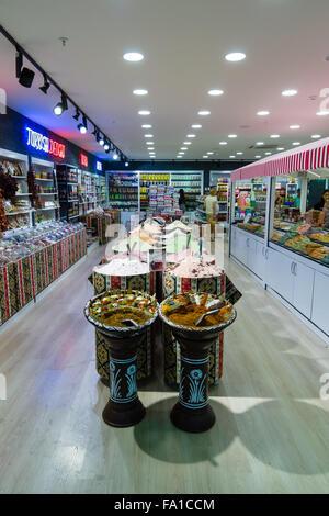 Le commerce des épices orientales traditionnelles dans l'un des grands magasins et du centre commercial populaire Banque D'Images