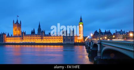 Les chambres du Parlement à l'aube un jour de pluie Banque D'Images