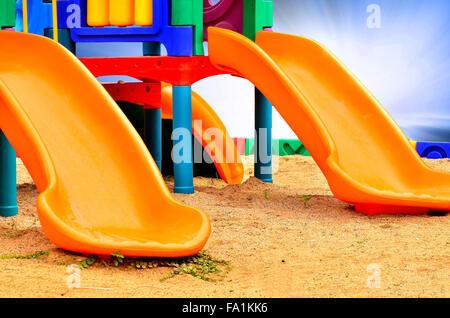 Les diapositives de l'enfant isolé sur blanc en plastique bleu lumière Banque D'Images