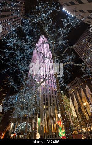 Les lumières des fêtes d'hiver et des décorations de Noël de la Rockefeller Plazza à Rockefeller Center, Manhattan, Banque D'Images
