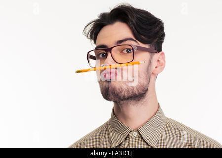 Portrait d'un drôle d'homme tenant un crayon entre la lèvre et le nez isolé sur fond blanc Banque D'Images