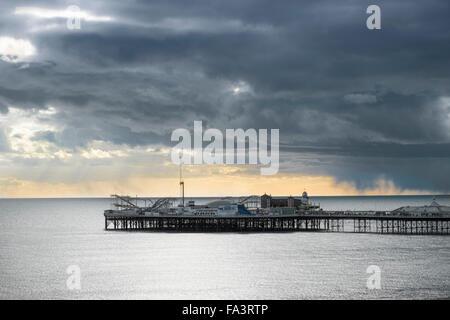 La jetée de Brighton sous les nuages de tempête Banque D'Images