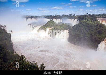 La Garganta do Diabo (Gorge du Diable) à l'Iguacu / Iguazu Falls dans le parc national des chutes d'Iguaçu en Argentine Banque D'Images
