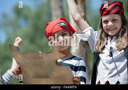 Portrait of girls holding carte au trésor dans l'aire d'aventure, Bavière, Allemagne Banque D'Images
