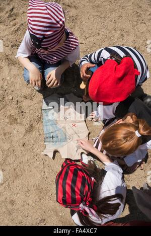 Tourné directement au-dessus de l'enfant l'examen d'une carte au trésor dans un terrain d'aventure, Bavière, Allemagne Banque D'Images
