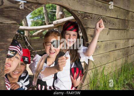 Enfants jouant sur un bateau pirate en terrain d'aventure, Bavière, Allemagne Banque D'Images