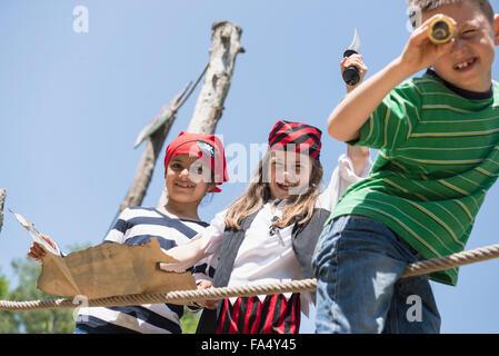Enfants jouant dans l'aire d'aventure jeu de pirate, Bavière, Allemagne Banque D'Images