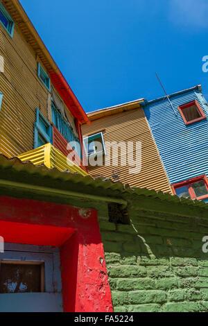 Fenêtres de maisons en carton ondulé vibrant à La Boca, Buenos Aires, Argentine Banque D'Images