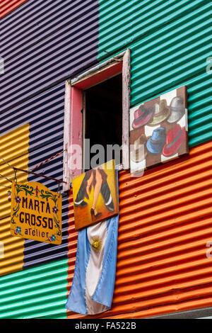 Fenêtre d'une maison en carton ondulé vibrant et atelier d'artiste à La Boca, Buenos Aires, Argentine Banque D'Images