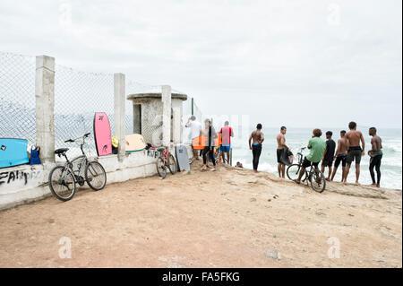 RIO DE JANEIRO, Brésil - 22 octobre 2015: les jeunes surfeurs brésilien au stand à vagues à Devil's Beach de Arpoador. Banque D'Images