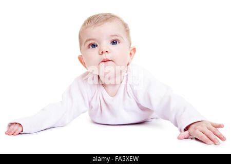 Portrait of a cute baby girl layong sur son estomac