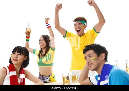 Les jeunes fans de regarder le match cheering Banque D'Images