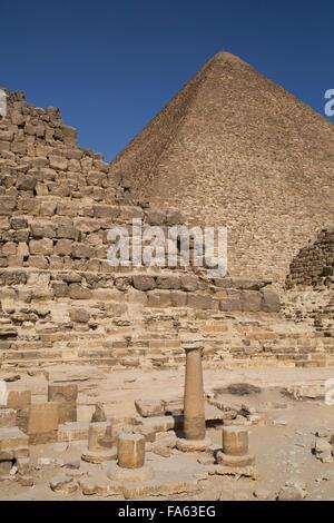 Reine des pyramides et cimetière de l'Est (au premier plan), grande pyramide de Khéops (arrière-plan), les pyramides Banque D'Images