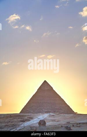 Coucher du soleil, Sphinx (premier plan), la pyramide de Khéphren (arrière-plan), les pyramides de Gizeh, UNESCO Banque D'Images