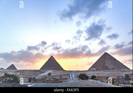 Le coucher du soleil, les pyramides de Gizeh, UNESCO World Heritage Site, Giza, Egypte Banque D'Images