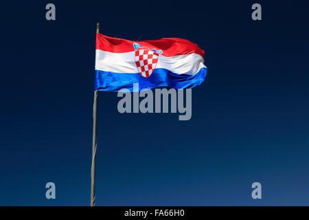 Le drapeau national croate against blue sky, Sweden, Dubrovnik-Neretva County, côte dalmate, Mer Adriatique, la Croatie, Balkan