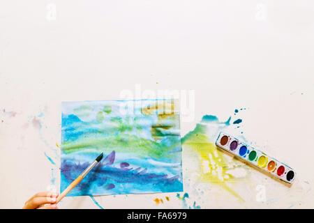 Vue aérienne d'un garçon à l'aquarelle peinture Banque D'Images