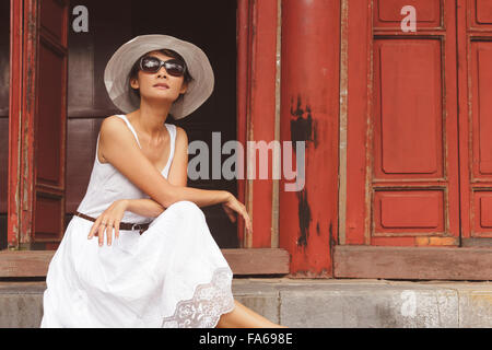 Femme assise sur un pas Banque D'Images