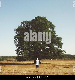 Portrait d'un homme debout devant un arbre Banque D'Images