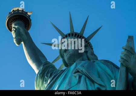 Près de la Statue de la liberté, de la tête et de la couronne, la flamme sur NYC une journée ensoleillée sans nuage Banque D'Images