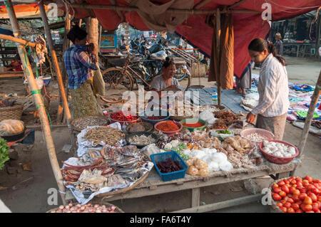 Des aliments destinés à la vente sur un marché de rue en début de matinée. Shwe Kyet pourtant, Région de Mandalay, Banque D'Images