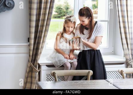 L'enseignement de mère fille mignon comment lire Banque D'Images