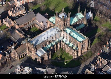 La cathédrale de Chester, Cheshire. Vue aérienne de l'Église Cathédrale de Christ et de la Bienheureuse Vierge Marie. Anciennement l'église abbatiale de St Werburgh's Abbey, la cathédrale conserve de nombreux complexes des bâtiments monastiques. Photographié en mars 2008.