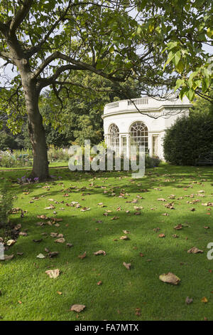 La maison jardin semi-circulaire à Osterley Park et chambre, Middlesex, en septembre. Construit en 1780, la maison du jardin a été conçu par Robert Adam comme une serre. Il est toujours utilisé pour l'affichage des plantes tendres comme les orangers et les citronniers aujourd'hui.
