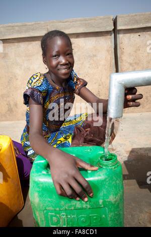 Pour obtenir de l'eau fraîche d'un puits Département Kouka, Burkina Faso, Afrique de l'Ouest. Banque D'Images