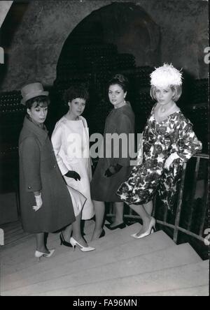 1963-   Grand Couturiers à Paris présenter leur prêt à porter pour le  printemps be4762c9c49