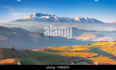 Montagnes Pieniny - dans la distance que vous pouvez voir les montagnes Tatras, Pologne Banque D'Images
