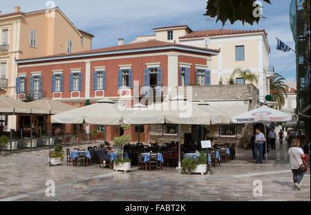 Plateia Syntagmatos square restaurants dans la région de Nauplie, Nafplios, Nauplie, Grèce. Banque D'Images