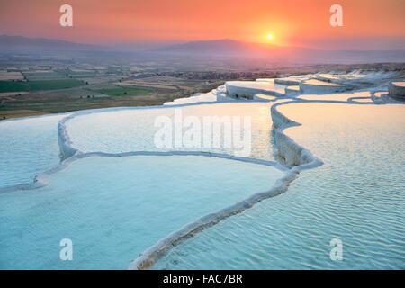 Pamukkale, coucher du soleil à la terrasses calcaires, Turquie Banque D'Images