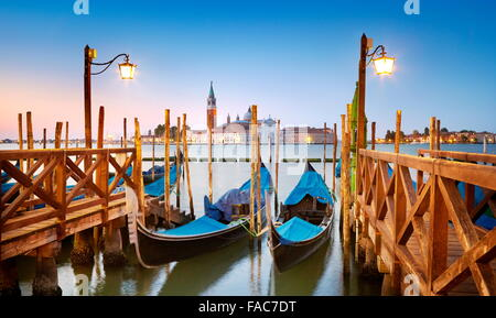 Gondole vénitienne amarrés sur Grand Canal (Canal Grande) et San Giorgio Maggiore Église en arrière-plan, Venise, Italie